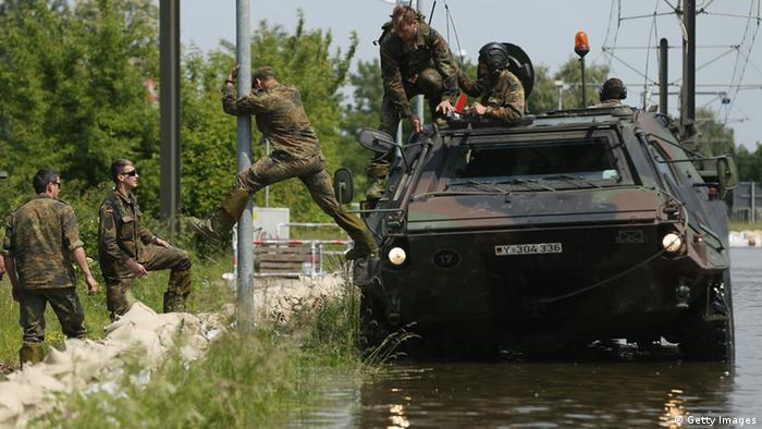 Hochwasser Deutschland Magdeburg 09. Juni 2013 Soldaten