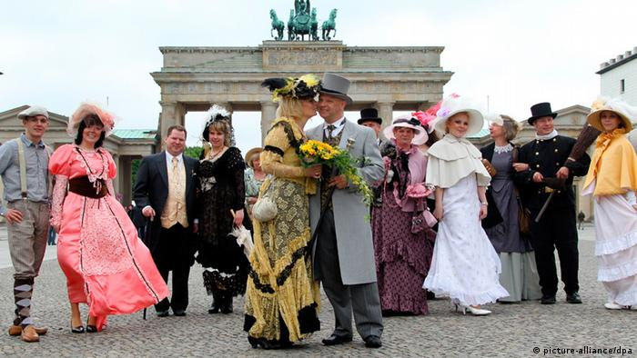 A couple in dressed in early 19th-century costume getting married in front of the Brandenburg Gate in Photo: Wolfgang Kumm dpa/lbn