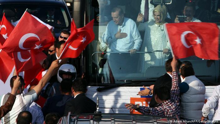 Премьера, вернувшегося из турне по Северной АФрике, встречали тысячи его сторонников