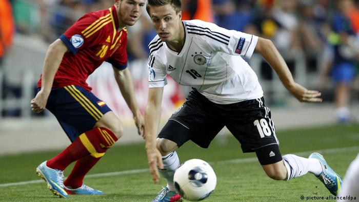 Patrick Herrmann (R) of Germany and Alberto Moreno of Spain vie for the ball during the UEFA European Under-21 Championship Group B soccer match between Spain and Germany at the Netanya-Stadium in Netanya, Israel, 09 June 2013. Photo: Roland Weihrauch/dpa