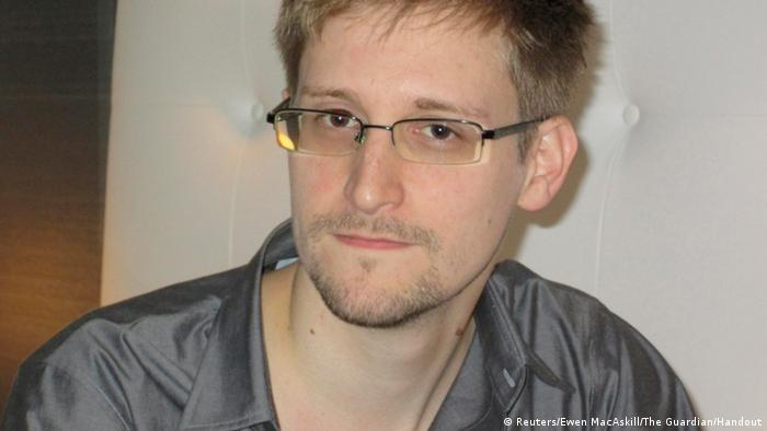 ###ACHTUNG!!! AUSSCHLIESSLICH UND EINMALIG ZUR AKTUELLEN BERICHTERSTATTUNG VERWENDEN!!! #### U.S. National Security Agency whistleblower Edward Snowden, an analyst with a U.S. defence contractor, is pictured during an interview with the Guardian in his hotel room in Hong Kong June 9, 2013. The 29-year-old contractor at the NSA revealed top secret U.S. surveillance programmes to alert the public of what is being done in their name, the Guardian newspaper reported on Sunday. Snowden, a former CIA technical assistant who was working at the super-secret NSA as an employee of defence contractor Booz Allen Hamilton, is ensconced in a hotel in Hong Kong after leaving the United States with secret documents. REUTERS/Ewen MacAskill/The Guardian/Handout (CHINA - Tags: POLITICS MEDIA) ATTENTION EDITORS - THIS IMAGE WAS PROVIDED BY A THIRD PARTY. FOR EDITORIAL USE ONLY. NOT FOR SALE FOR MARKETING OR ADVERTISING CAMPAIGNS. THIS PICTURE IS DISTRIBUTED EXACTLY AS RECEIVED BY REUTERS, AS A SERVICE TO CLIENTS. NO SALES. NO ARCHIVES. THIS PICTURE IS DISTRIBUTED EXACTLY AS RECEIVED BY REUTERS, AS A SERVICE TO CLIENTS. MANDATORY CREDIT