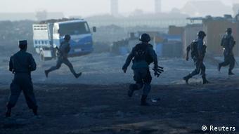 Afghanische Sicherheitskräfte nach einem Taliban-Anschlag am Flughafen Kabul (Foto: Reuters)