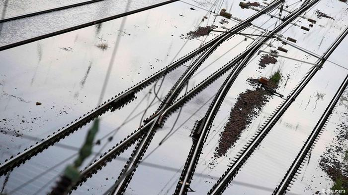 Flooded railway tracks are pictured near the river Elbe in the eastern German town of Schoenebeck, south of Magdeburg June 9, 2013. REUTERS/Tobias Schwarz (GERMANY - Tags: DISASTER ENVIRONMENT TRANSPORT TPX IMAGES OF THE DAY)