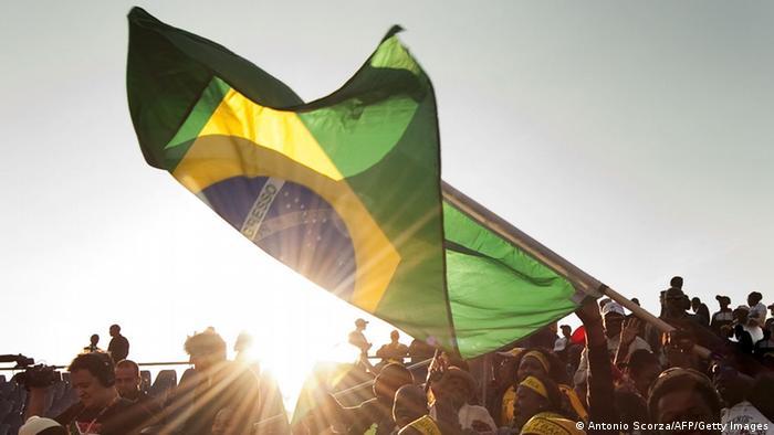 Multidão com bandeira do Brasil