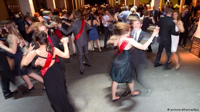 Symbolbild Abitur: Mehrere Tanzpaare drehen sich schnell