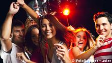 Young people celebrating (Fotolia/pressmaster)