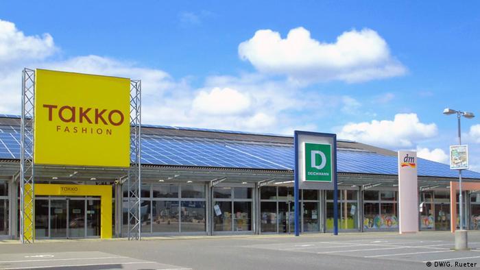 Einkaufszentrum mit Solaranlage auf dem Dach
