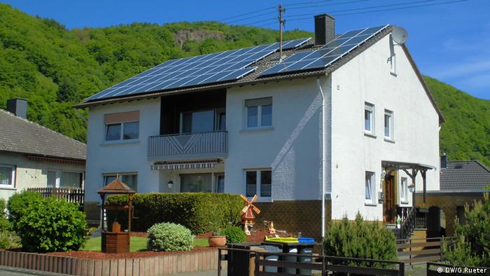 Photovoltaic panels on a residential rooftop in Germany (Photo: DW/Gero Rueter)