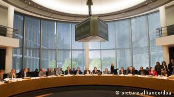 Der Verteidigungsausschusses zur Euro Hawk-Affäre ist am 10.06.2013 im Paul-Löbe-Haus in Berlin zusammengekommen. Im Ausschuss des Bundestags hat die zweite Befragung von de Maizière zum gescheiterten Drohnenprojekt «Euro Hawk» begonnen. In der Mitte hängt eine Uhr, auf der die Zeit für die einzelnen Redner, die fünf Minuten nicht überschreiten soll, zurück läuft. Die Sitzung war für vier Stunden angesetzt. Foto: Maurizio Gambarini/dpa