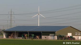Фермерское хозяйство с солнечными батареями и ветрогенератором