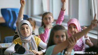 Türkische Schülerinnen im Unterricht am staatlich anerkannten Privatgymnasium 'Dialog' in Köln (Foto: dpa)
