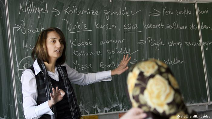 A teacher giving a Turkish lesson Photo: Oliver Berg dpa/lnw +++(c) dpa - Report+++