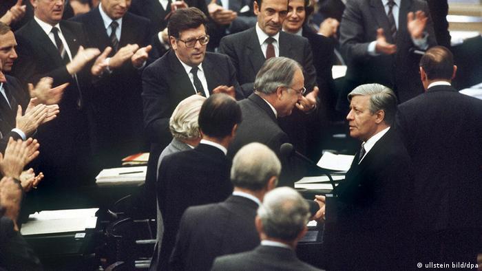 Deutschland Geschichte Bundestag Helmut Kohl Schmidt gratuliert Kohl (ullstein bild/dpa)