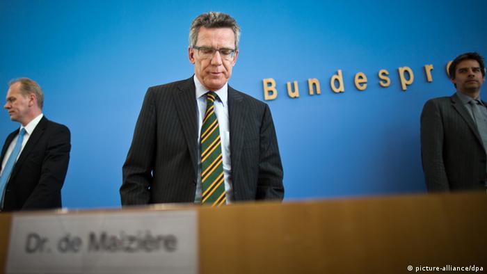 Verteidigungsminister Thomas de Maizière (CDU) kommt am 10.06.2013 in die Bundespressekonferenz in Berlin zu einer Pressekonferenz zur Euro Hawk-Affäre. Foto: Michael Kappeler/dpa