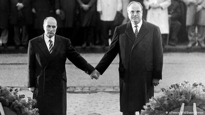 Deutschland Frankreich Geschichte Helmut Kohl und Francois Mitterand in Verdun (ullstein bild/Sven Simon)