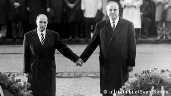 Франсуа Миттеран и Гельмут Коль на церемонии в Вердене, 1984 год