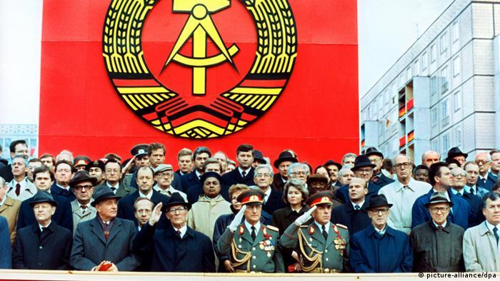 Liderança do Partido da Unidade Socialista da Alemanha reunidos no 40º aniversário da fundação da República Democrática Alemã, em 7 de outubro de 1989