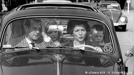 زنان آلمانی اجازه داشتند گواهینامه بگیرند اما شرط گرفتن گواهینامه داشتن اجازه شوهر بود. این شرایط با تصویب قانون برابری حقوق زنان و مردان در سال ۱۹۵۸ تغییر کرد.