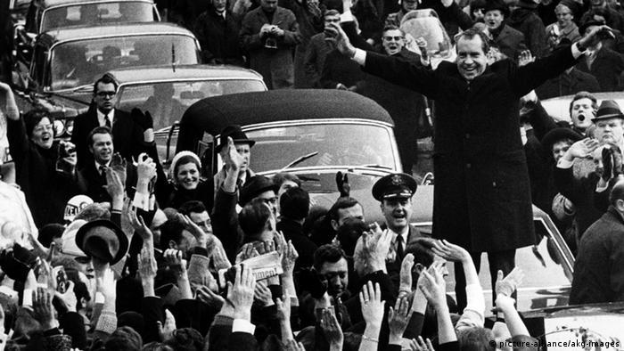 US-Präsident Richard Nixon steht auf dem Wagendach und winkt der jubelnden Menge zu bei seinem Besuch am 27.02.1969 in Westberlin - Foto: AKG