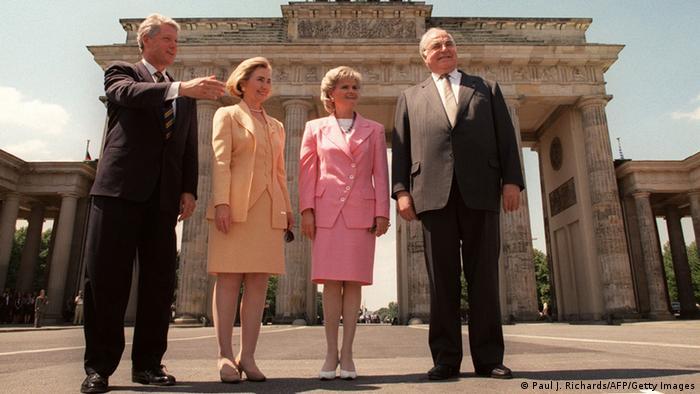 US-Präsident Bill Clinton mit seiner Frau Hillary steht mit Bundeskanzler Helmut Kohl und dessen Gattin Hannelore vor dem Brandenburger Tor in Berlin 1994 - Foto: Paul J. Richards (AFP)