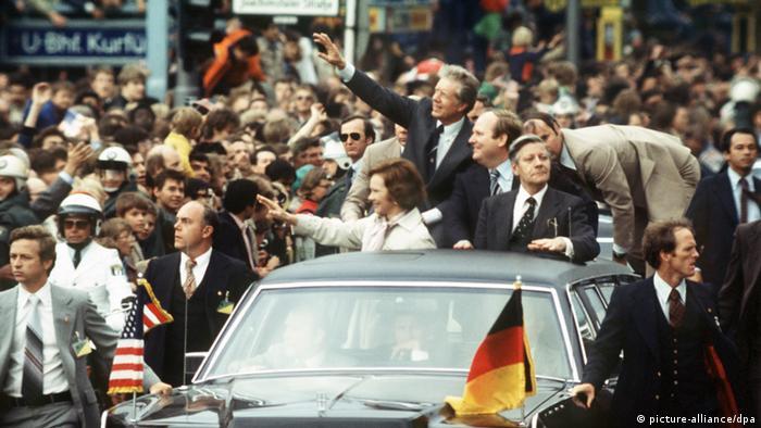 Der amerikanische Präsident Jimmy Carter, seine Gattin Rosalynn, der Regierende Bürgermeister von Berlin Dietrich Stobbe und Bundeskanzler Helmut Schmidt bei der Fahrt in einem offenen Wagen durch Berlin am 15.07.1978 - Foto: dpa