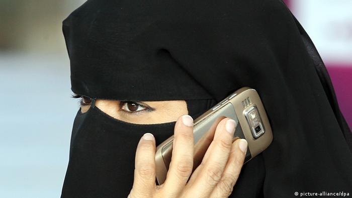 Verschleierte Frau mit Handy in Katar 2011 (picture-alliance/dpa)