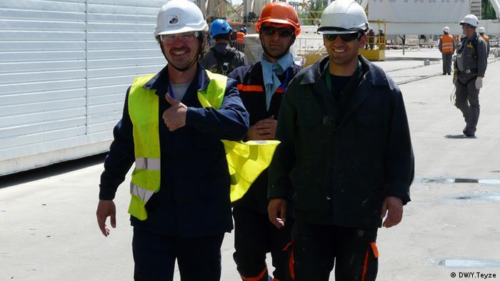 На объекте работают эксперты и строительные бригады из нескольких десятков стран