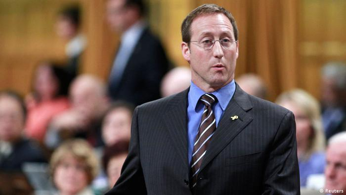 Canada's National Defence Minister Peter MacKay speaks during Question Period on Parliament Hill in Ottawa June 6, 2013. REUTERS/Blair Gable (CANADA - Tags: POLITICS)