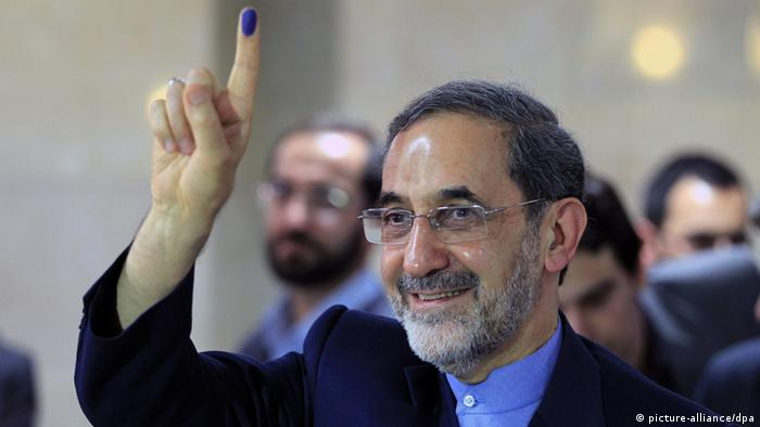 epa03695907 Former Iranian Foreign Minister Ali-Akbar Velayati shows his ink-stained finger to reporters as he registers his candidacy at the interior ministry during the registration for Iran's upcoming presidential election on June 14, in Tehran, Iran, 11 May 2013. Velayati, former Iranian Foreign Minister from 1981 to 1997, is one of the potential candidates for the June 14 presidential election in Tehran to succeed President Mahmoud Ahmadinejad. Velayati belongs to the conservative political wing in Iran and is currently foreign policy advisor to Iran's Supreme Leader Ayatollah Ali Khamenei. EPA/ABEDIN TAHERKENAREH dpa (zu dpa Porträt Welajati will im Iran auf die große politische Bühne zurückkehren vom 12.05.2013)