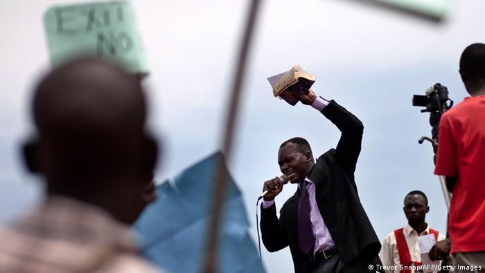 Líder religioso faz discurso homofóbico durante manifestação anti-gay no Uganda, no ano de 2010
