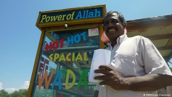 Sri Lankan man in front of a shop (Photo: DW/Miriam Klaussner)