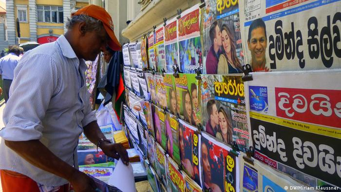 Man standing at a Sri Lankan newsstand (Photo: DW/M. Klaussner)