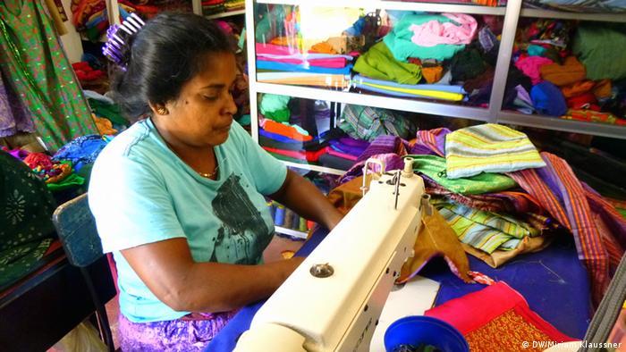 A Sri Lankan woman sewing (Photo: DW/Miriam Klaussner)