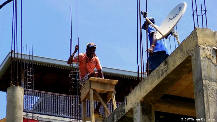 Construction workers in Sri Lanka (Photo: DW/M. Klaussner)