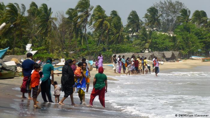 Local tourists on the beach in Arugam Bay. (DW/M. Klaussner)
