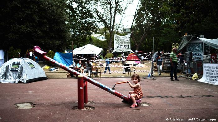 Демонстранты выступили в защиту деревьев, установив в парке палаточный лагерь