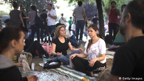 Türkei Taksim Platz Gezi Park Demonstranten Yoga