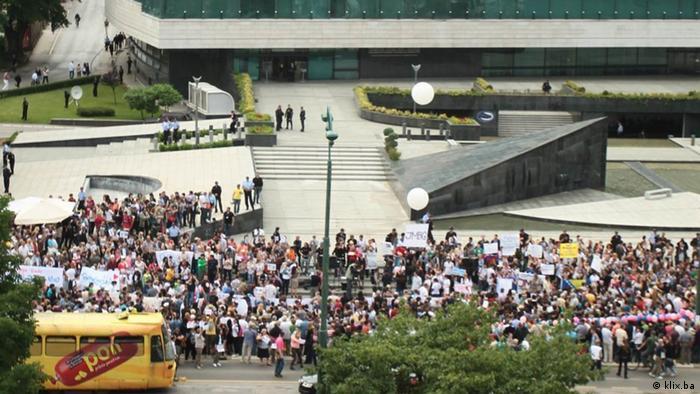 Proteste vor dem Parlament in Sarajevo Bosnien und Herzegowina