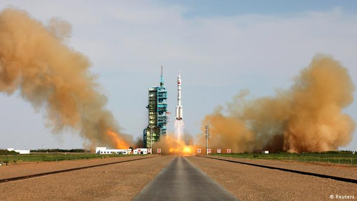 The Long March 2-F rocket loaded with Shenzhou-10 (Photo: REUTERS/Stringer)