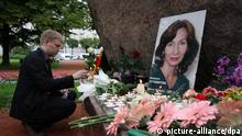 A Russian man lights a candle in front of a portrait of killed Chechen human rights activist and journalist Natalia Estemirova in St. Petersburg, Russia, 16 July 2009. Estemirova was abducted in Grozny on 15 July 2009 and found dead in Ingushetia later on 16 July 2009. She will be buried in Chechnya. EPA/YELENA IGNATIEVA (zu dpa-Korr.: Estemirowa endete wie viele andere Bürgerrechtler vom 16.07.2009) +++(c) dpa - Report+++