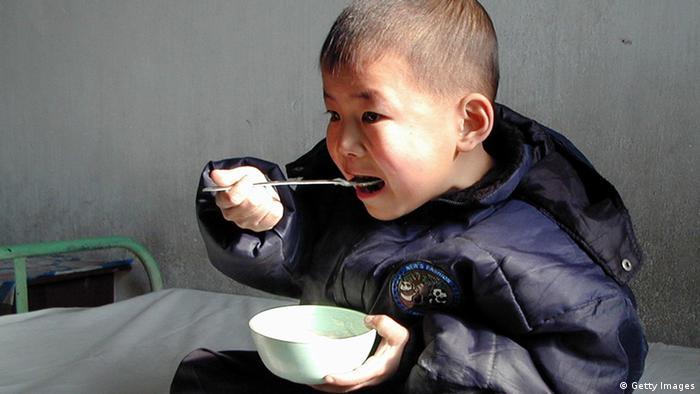 Criança se alimenta na Coreia do Norte