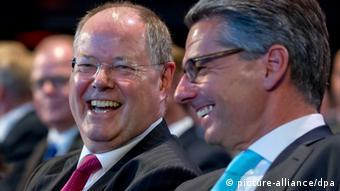 Der SPD-Kanzlerkandidat Peer Steinbrück (l) unterhält sich am 11.06.2013 beim Tag der Deutschen Industrie in Berlin mit Ulrich Grillo (r), dem Präsidenten des Bundes der Deutschen Industrie (BDI). Foto: Tim Brakemeier/dpa