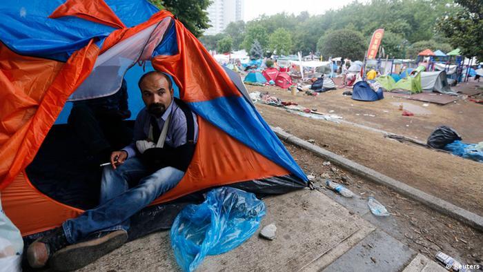 Раненый демонстрант выглядывает из своей палатки в парке Гези утром 12 июня