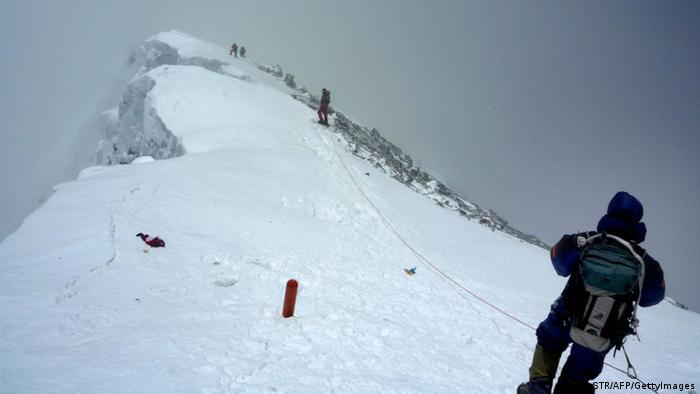 Bergsteiger Mount Everest Gipfel Himalaya (STR/AFP/GettyImages)
