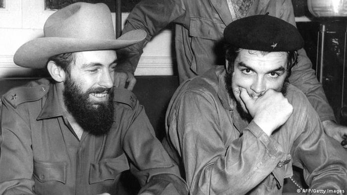 El tercer comandante de la revolución cubana, el único capaz de hacerle sombra al mismísimo Fidel Castro, Camilo Cienfuegos (en la imagen fotografiado junto a Ernesto 'Che' Guevara en agosto de 1959 en La Habana) murió en un accidente de avioneta el 28 de octubre de ese mismo año. (28.10.1959)
