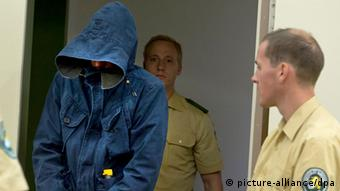 Der Angeklagte Carsten S. betritt am 12.06.2013 den Gerichtssaal in München (Bayern). Er soll heute weiter aussagen. Foto: Peter Kneffel/dpa +++(c) dpa - Bildfunk+++