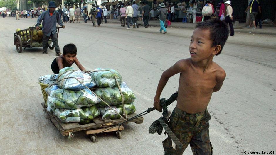 Poipet (Kambodscha): Kinder mit schwerbeladenen Handwagen auf dem Weg zum Markt in Poipet in Kambodscha, aufgenommen am Montag (23.02.2004). Während einer mehrtägigen Asienreise besuchte die Gattin des deutschen Bundespräsidenten, Christina Rau, als UNICEF-Schirmherrin die Grenzstadt Poipet zwischen Kambodscha und Thailand. Dabei suchte sie persönlichen Kontakt zu Kindern in sozialen Einrichtungen von Unicef-Projekten. Poipet ist Umschlagplatz f�r den Menschenhandel: Jahr f�r Jahr werden Hunderte Jungen und Mädchen als Prostituierte, Arbeitskräfte oder Bettler nach Thailand verkauft. UNICEF hat ein Programm gestartet, um die Kinder zu betreuen und ihen ein neues Leben zu ermöglichen.
