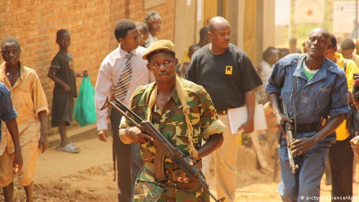 Des soldats patrouillent dans les rues de Bujumbura, qui connaît un regain de tension ces derniers temps en raison des miliciens Imbonerakure