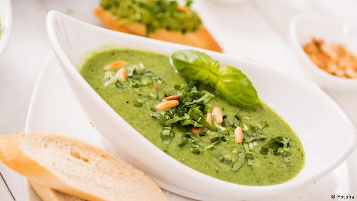 Bright green wild garlic soup (Fotolia)