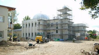 Moschee-Neubau der Ahmadiyya Muslim Jamaat (AMJ) in Berlin (deutsch: Ahmadiyya Muslim-Gemeinschaft) Die AMJ hat seit 2013 den Status der Körperschaft des öffentlichen Rechts, ist also eine Religionsgemeinschaft im Sinne des Grundgesetzes Foto: AMJ